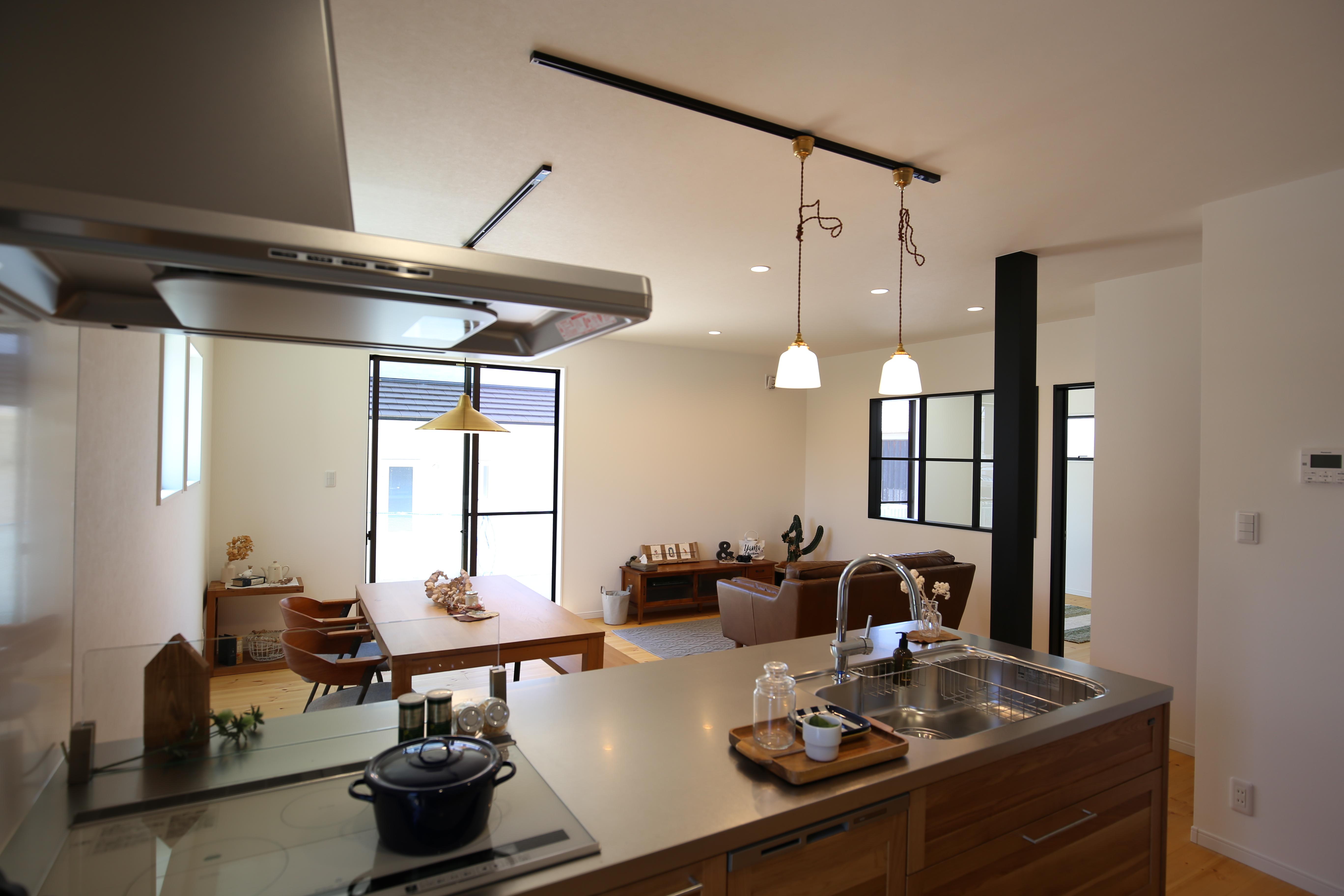 シンプルな空間に+αの色… ずっと好きでいられるお家