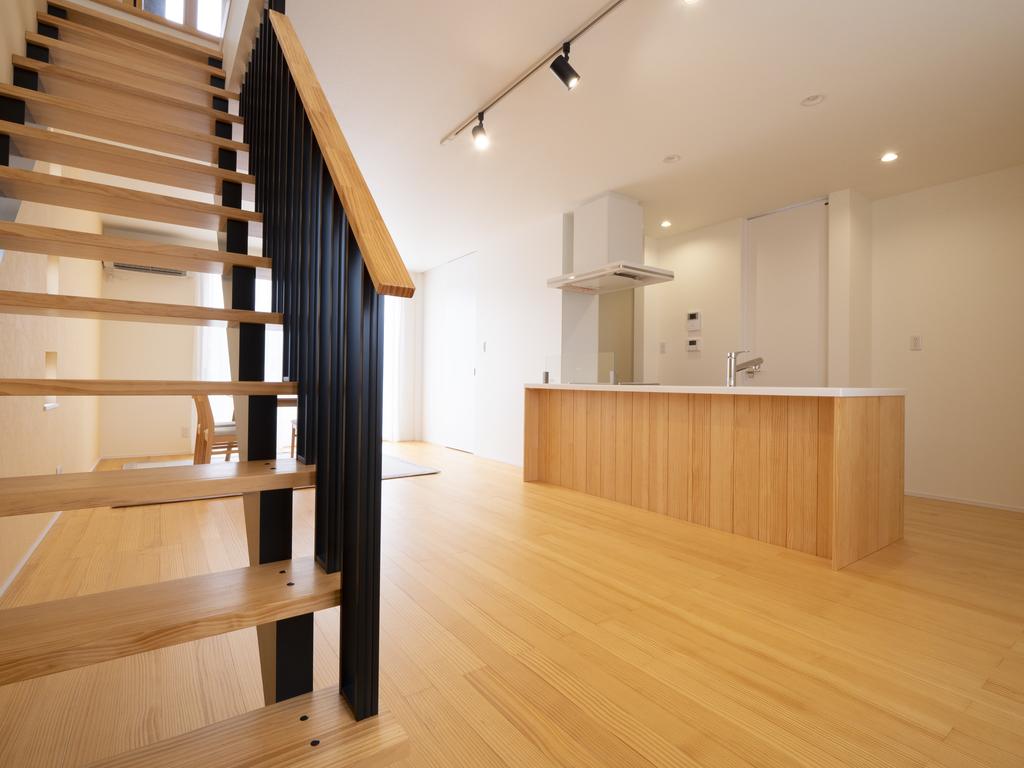 毎日触れる床、階段、キッチン等に無垢材を使用した愛着を育む家。  長期優良住宅の建物です。
